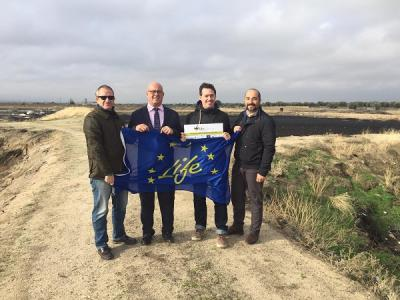 El Alcalde de Mora durante su visita a las Balsas