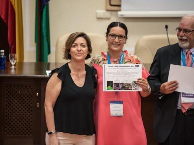 María Rosa recogiendo el premio al Mejor Poster